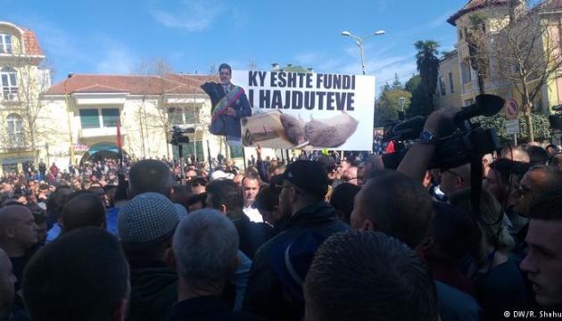 У столиці Албанії демонстранти намагалися прорватися до парламенту