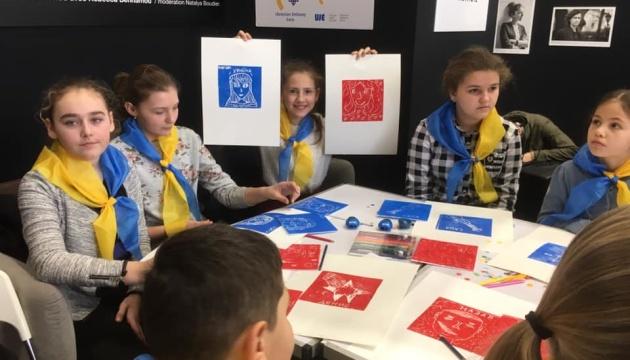 Учні української школи взяли участь у книжковому салоні в Парижі