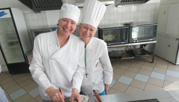 У Києві безробітних по-новому навчили професії кухаря