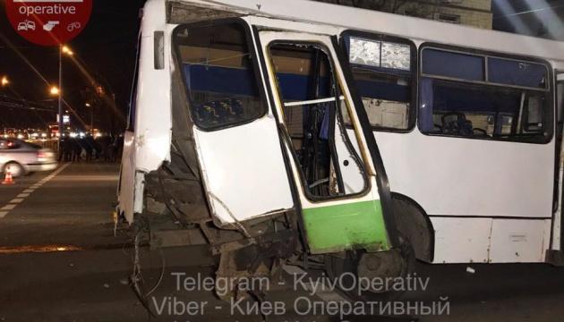 В Києві зіткнулися маршрутка і дві автівки, одна машина загорілася
