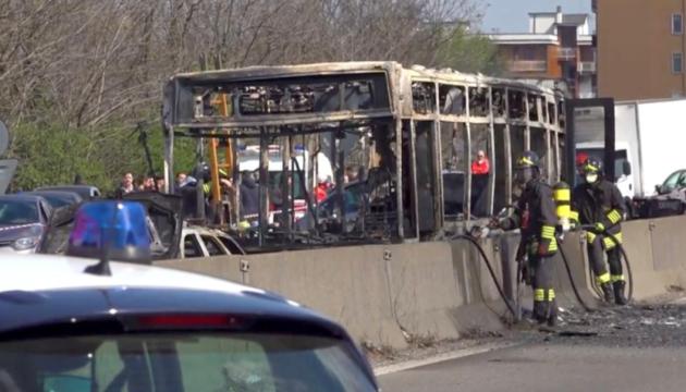 В Италии водитель угнал и поджег школьный автобус с детьми