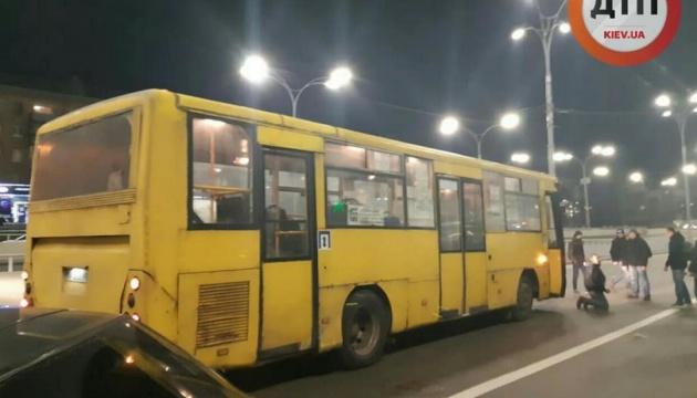 В Киеве возле метро Дорогожичи маршрутка сбила трех пешеходов