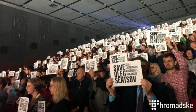 Кінофестиваль Docudays відкрився флешмобом на підтримку Олега Сенцова