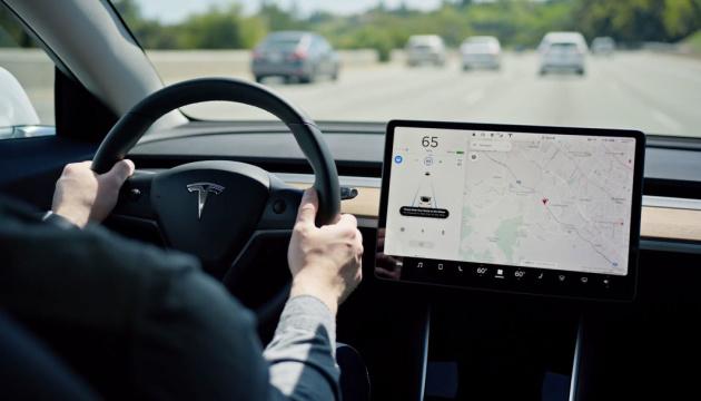 Tesla запускає нові функції свого автопілота