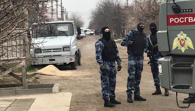 Російські силовики обшукують будинки 25 кримськотатарських сімей