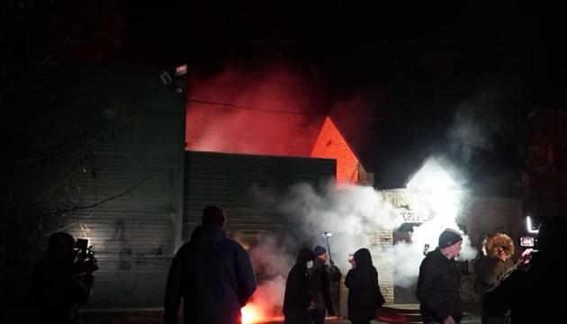 Нацкорпус закидав будинок Медведчука фаєрами і петардами