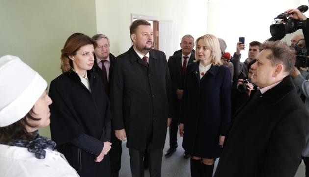 Марина Порошенко оглянула нову сільську амбулаторію на Луганщині