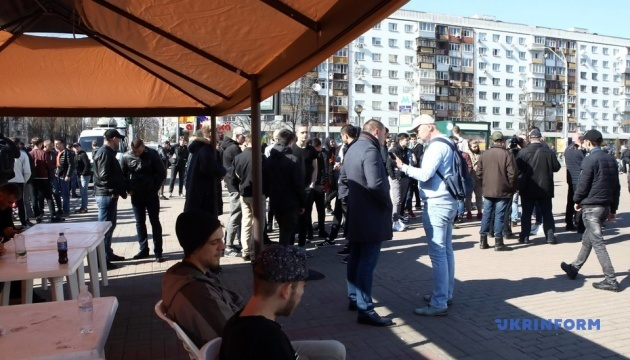 Біля ЦВК збираються групи молодиків - нібито для охорони порядку