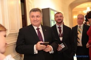 Аваков рассказал подробности парижской истерики Суркова