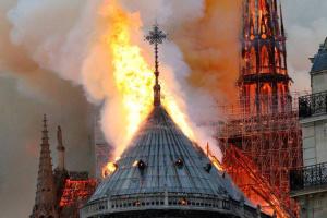 Пожар в Нотр-Даме: криминалисты рассматривают не одну версию
