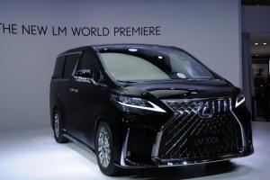 Lexus представив свій перший мінівен