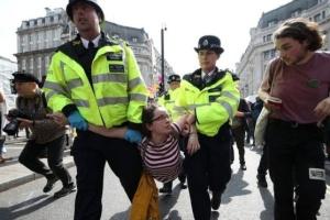 """В Лондоне уже задержали более полтысячи """"климатических"""" активистов"""