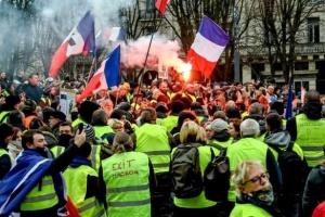 """В Париже на акции """"желтых жилетов"""" полиция арестовала 70 человек"""