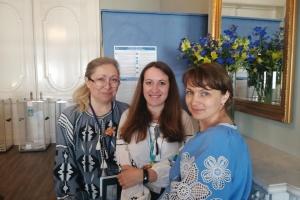 У Нідерландах активно голосують українці, багато хто прийшов у вишиванках