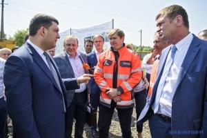 Гройсман проверит ремонт дорог в трех областях