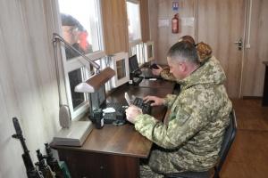 У пунктах пропуску на Донбасі скупчилися 220 авто