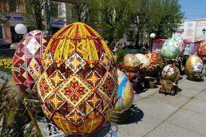 У центрі Чернівців встановили велетенські писанки