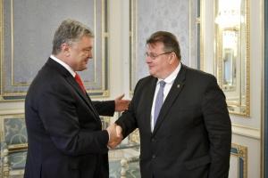 """Порошенко обговорив із Лінкявічюсом """"паспортизацію"""" Донбасу та санкції ЄС"""