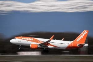 Пассажир вызвал панику в самолете, пытаясь выйти на высоте 9 тысяч метров