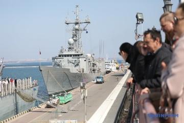 【写真】オデーサ港に寄港するカナダとスペインのフリゲート