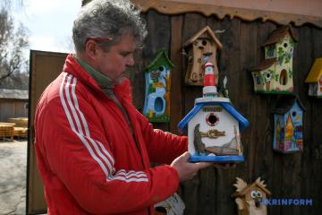 Un résident de Zaporijjya crée des nichoirs et des restaurants uniques pour les oiseaux