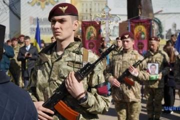 Les habitants de Tchernivtsi disent adieu à un militaire tué dans le Donbass