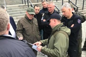 Law enforcers at Olimpiyskiy stadium discuss possible presidential debate. Photos