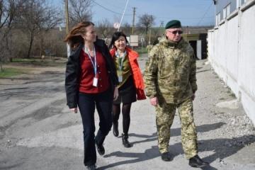 UNHCR Deputy Representative visits Hnutove checkpoint in Donbas. Photos