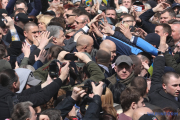 Stadion tak stadion - Petro Poroszenko robił selfie ze swoimi zwolennikami ZDJĘCIE, WIDEO