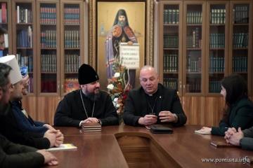 Epifaniy y el capellán estadounidense Mallard discuten el papel de sacerdotes en el ejército