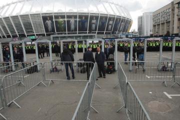 """Debate entre los candidatos a la presidencia: La Policía verifica a la gente que acude al """"Olímpico"""""""