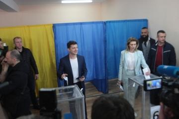 Zelensky ha votado junto con su esposa en Kyiv (Vídeo)
