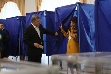 Poroshenko ha votado junto con la familia (Vídeo)