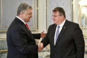 Poroshenko y Linkevičius discuten el decreto de Putin sobre la entrega de pasaportes a los residentes de Donbás