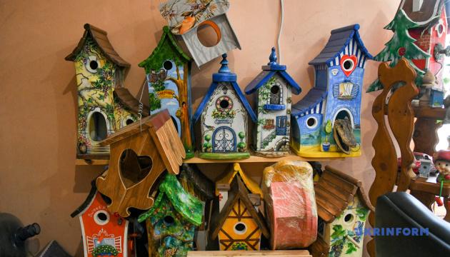 Житель Запоріжжя створює унікальні шпаківні і ресторани для птахів