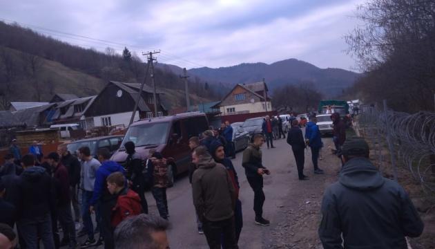 Паркан на кордоні з Румунією: невдоволені люди перекрили дорогу