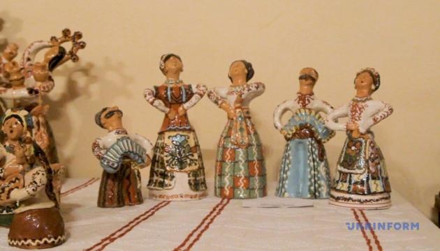 На Полтавщині створили книжку-розмальовку з опішнянськими орнаментами