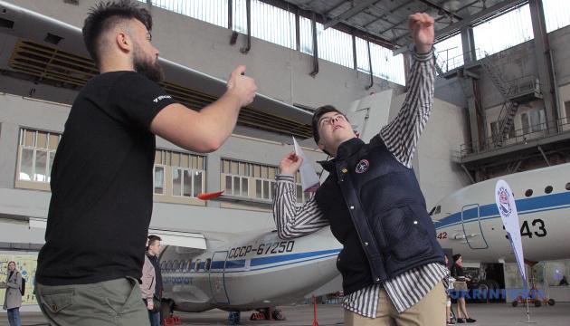 В Киеве прошел этап Чемпионата мира по запуску бумажных самолетов