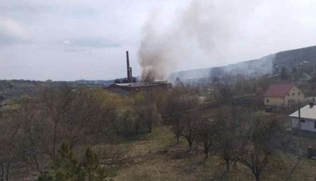 На Буковині горить цукровий завод, чути вибухи