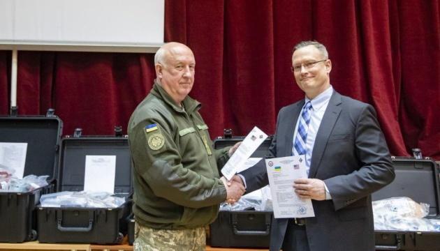 U.S. transfers medical equipment to Ukrainian military