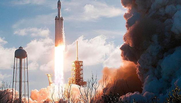 SpaceX запустила Falcon Heavy з 24 супутниками і прахом 152 осіб