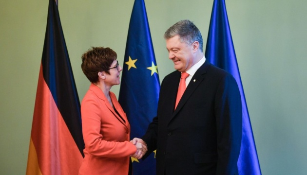 Poroschenko trifft sich mit Annegret Kramp-Karrenbauer - Fotos