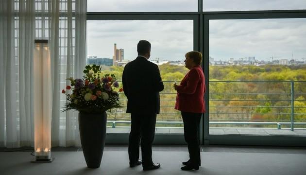 Порошенко розповів, про що говорив з Меркель та Макроном