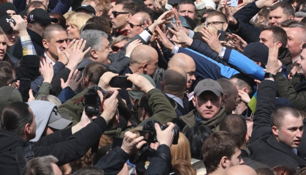 Стадион так стадион: Порошенко сделал селфи с поклонниками