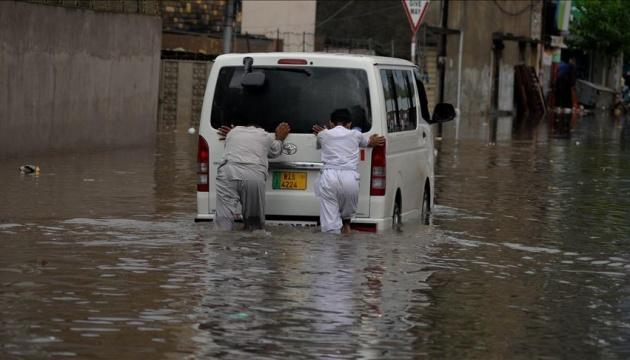 У Пакистані четверо людей загинули, коли їх авто накрила повінь