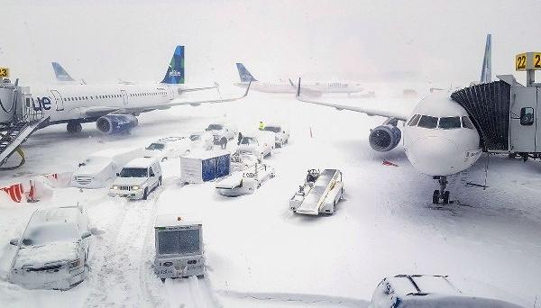 Через сніг у США скасували понад 900 авіарейсів, ще майже 8 тисяч перенесли