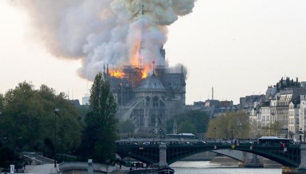 У Франції палає Собор Паризької Богоматері