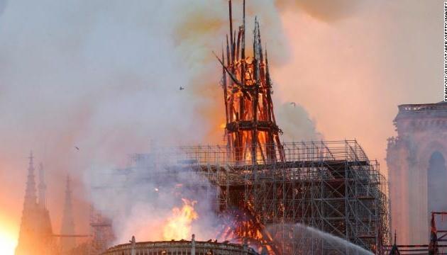 Обрушився шпиль собору Нотр-Дам у Парижі