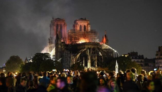 Тысячи парижан вышли на улицы молиться за Нотр-Дам