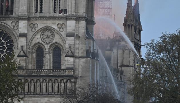 В усіх соборах Франції сьогодні битимуть дзвони на знак солідарності з Нотр-Дамом